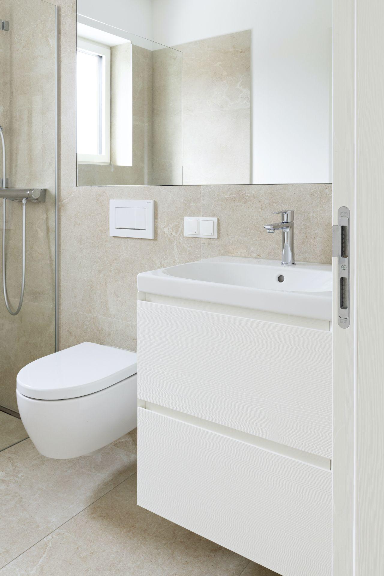 Gastebadezimmer In Weiss In 2020 Einfaches Haus Haus Waschtischunterschrank
