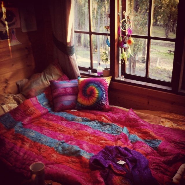 Tie dye bed sheets and a colorful dream catcher rooms for Tie dye room ideas