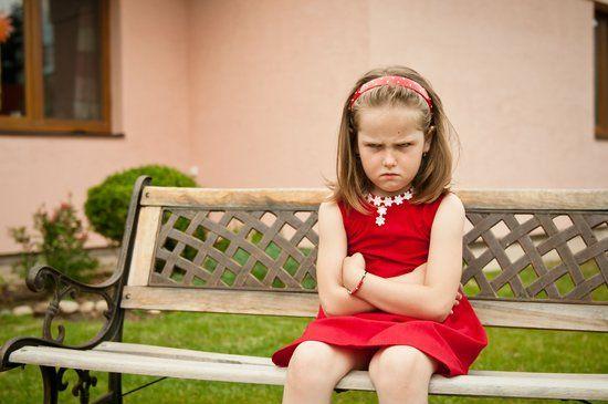 Foto de niña enojada