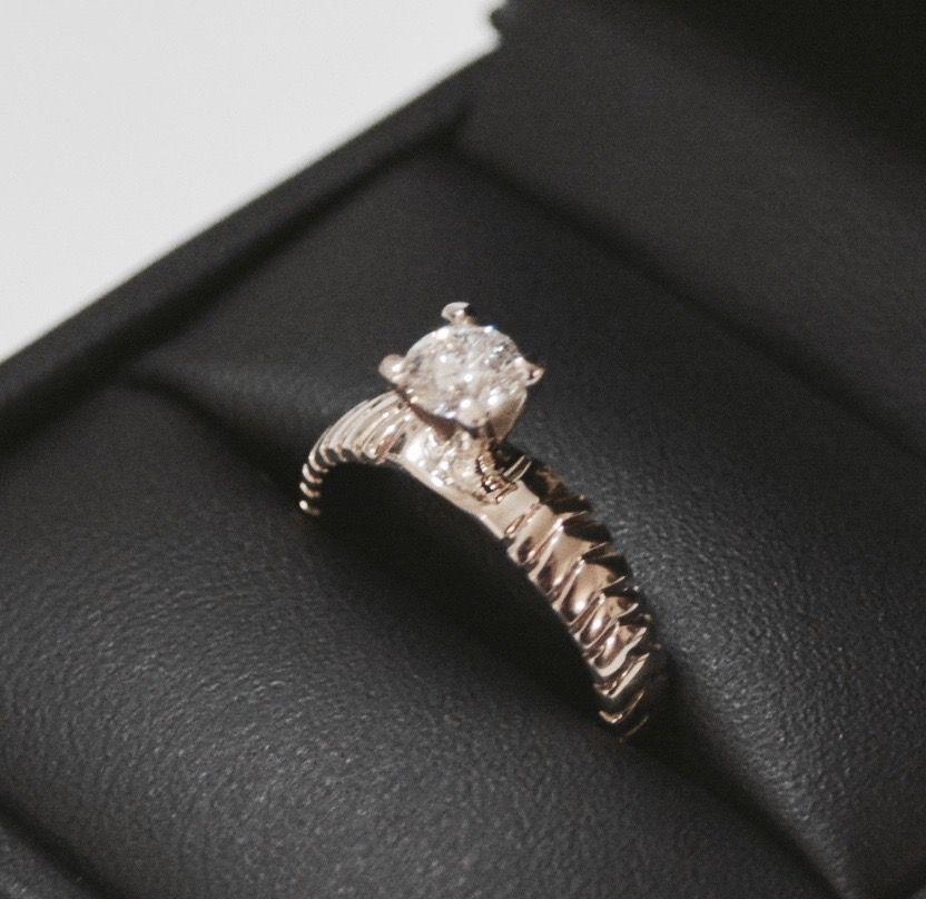 Anillo de compromiso realizado en oro blanco con diamante corte brillante. Diseño único realizado a mano.  #customengagmentring