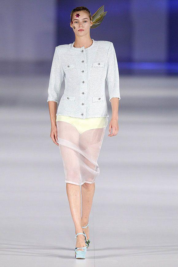 Falda de tul transparente a conjunto con chaqueta de punto y ropa interior de color amarillo en el 080 Barcelona Fashion P/V 2014 #trend #style