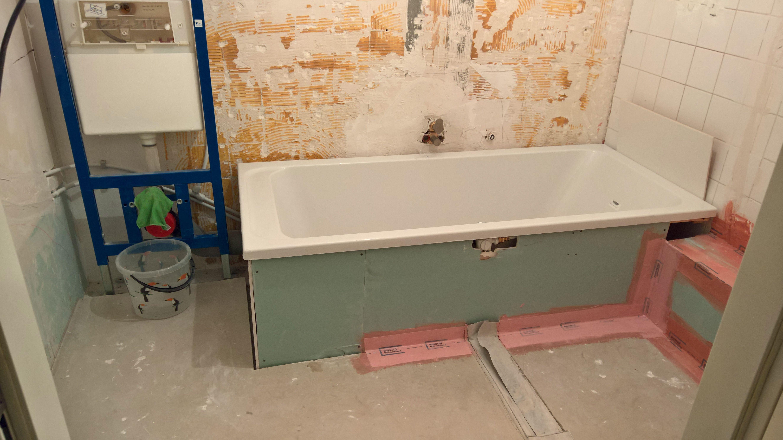 Ook de rand onder aan het bad wordt bewerkt met kimband. | Bathroom ...