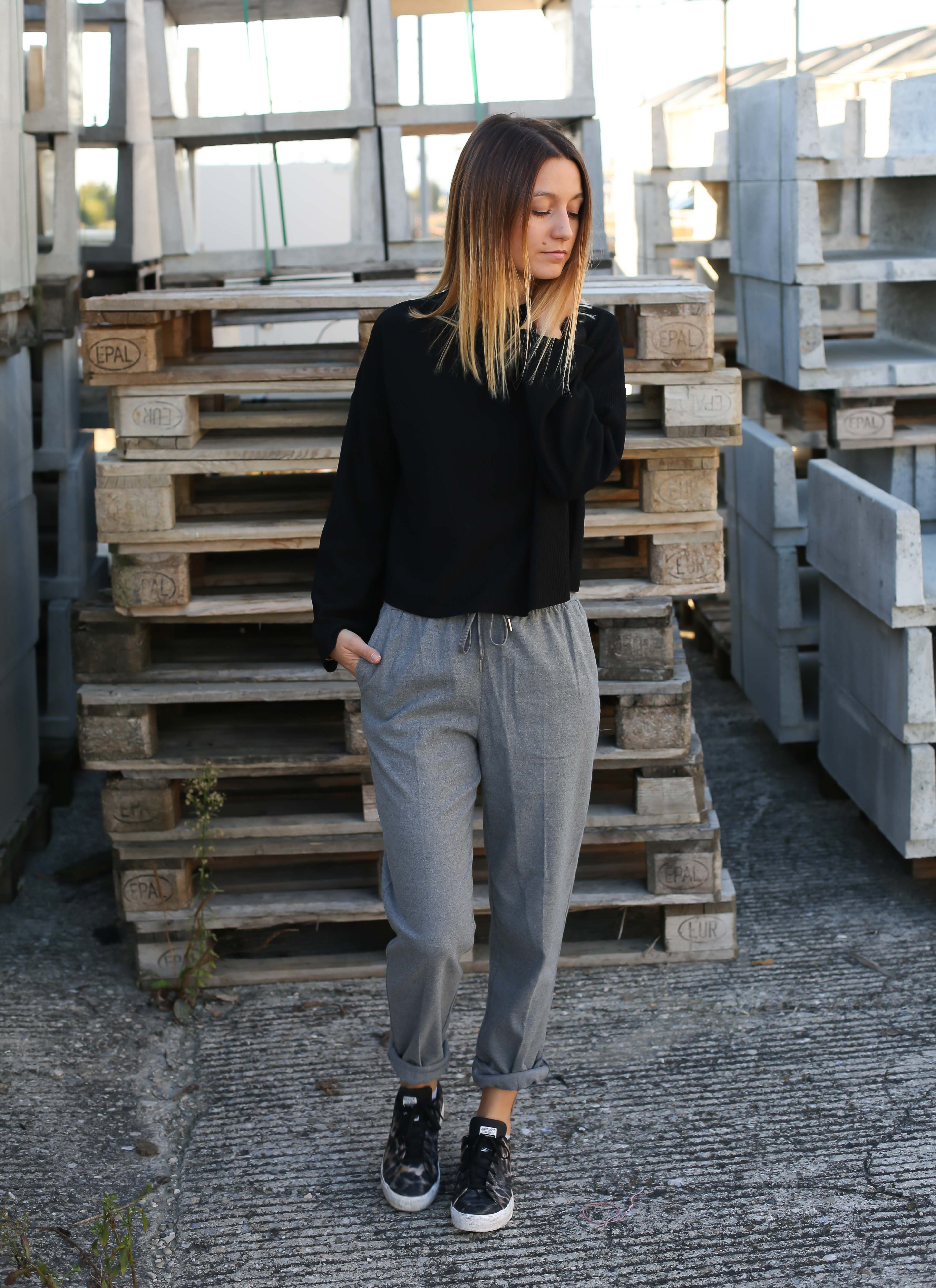 pull gris chaussures noires