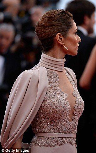 Exquis: Cheryl a tenu la tête haute dans la robe glamour qui comportait également …   – She's got style