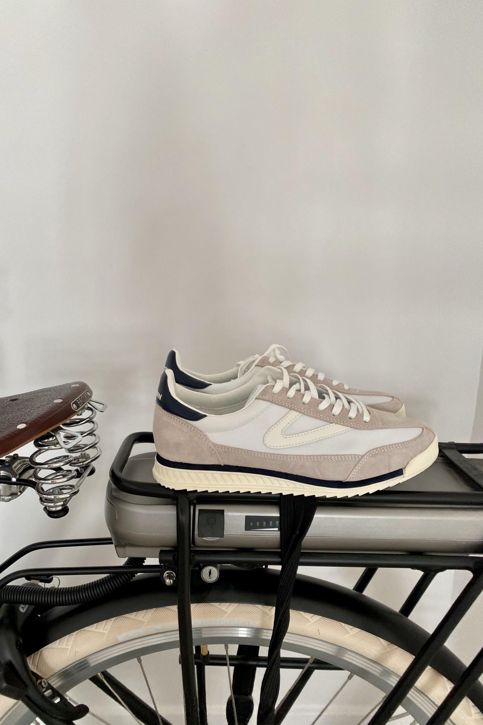Sneakers, Fashion joggers, Retro sneakers
