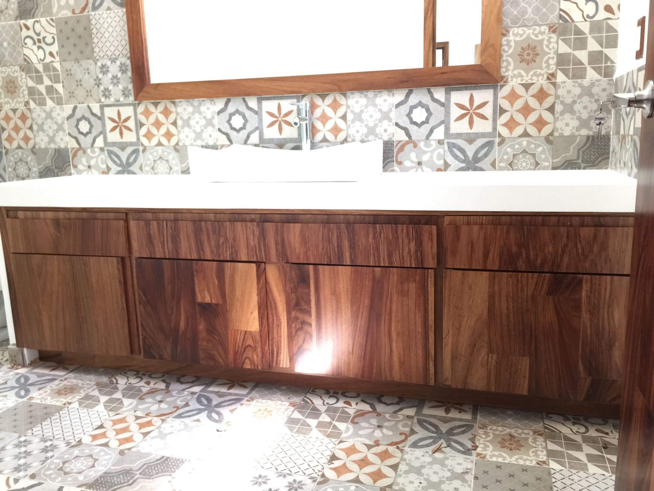 Mueble de ba o en madera de parota puertas langarica for Muebles para bano de madera