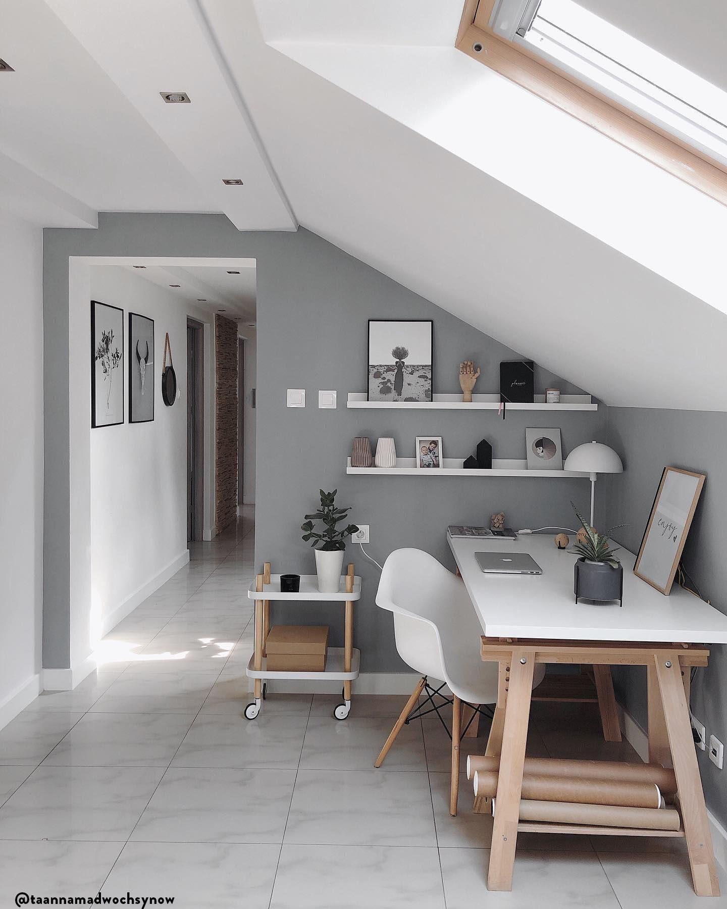 Slow Living - Weniger ist mehr! Wir alle sehnen uns nach Vereinfachung und einer Besinnung auf das Wesentliche. Entdecken Sie hier den Interior-Trend, der neuen Minimalismus ins Zuhause bringt. Das Geheimnis: Möbel mit schlichten Formen, die im Raum symmetrisch angeordnet werden. Und zurückhaltende Farben wie Schwarz, Weiß und Grau, die Ruhe ausstrahlen.????:@taannamadwochsynow // Homeoffice Arbeitszimmer Schreibtisch Arbeitsplatz Skandinavisch Deko Nordisch Modern #Homeoffice #Arbeitszimmer #skandinavischwohnen