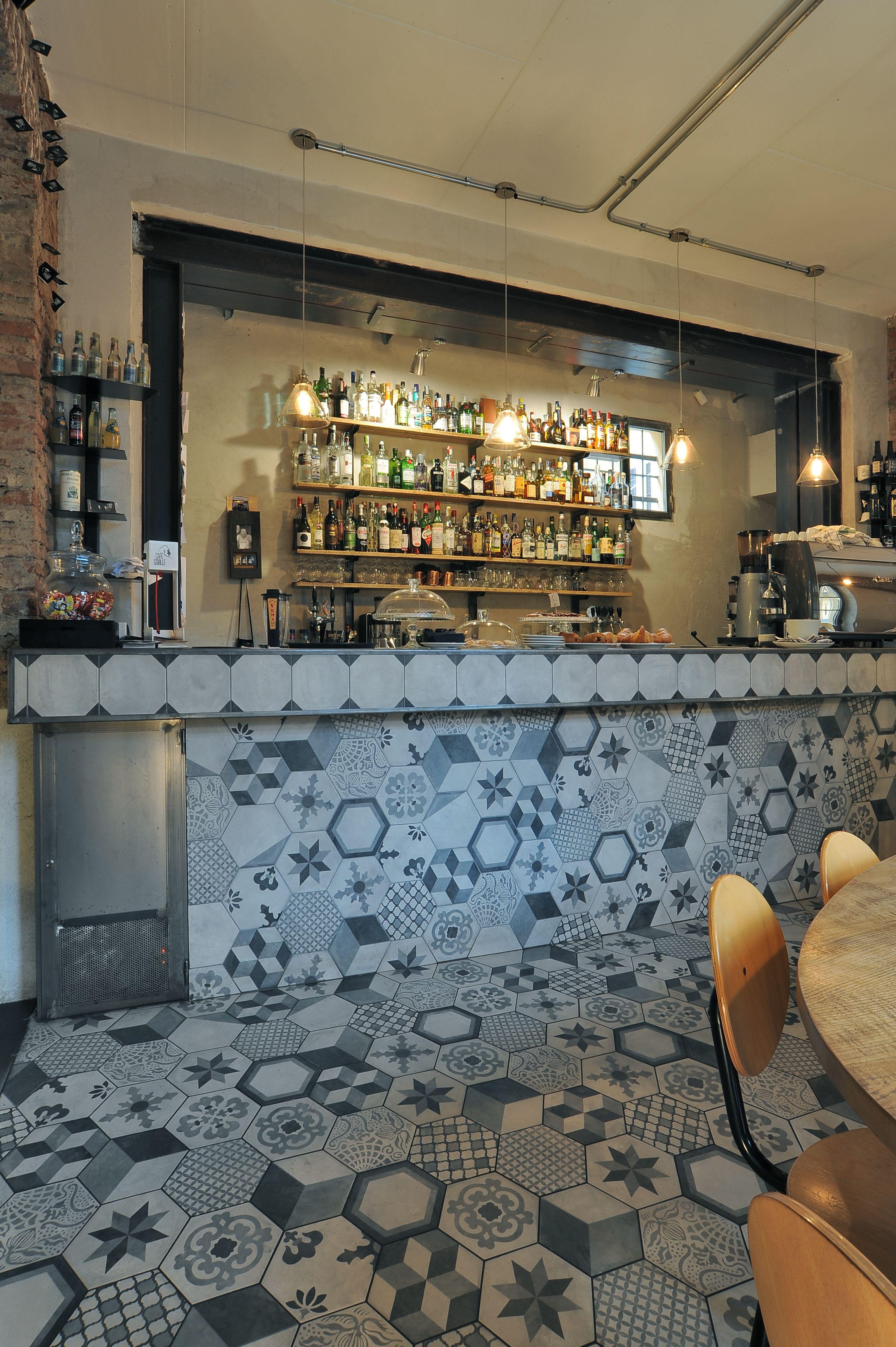 Caff gorille with terra mix hegaxone tiles interior for Ginardi arredamenti