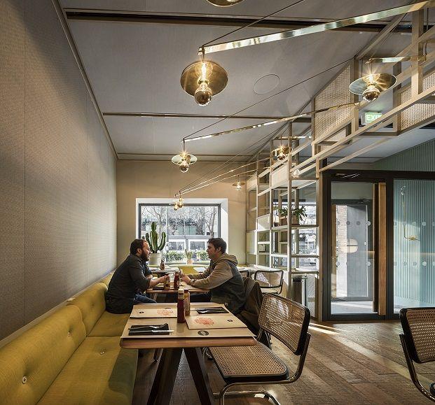 New York Burger, recién estrenado enMadrid, está ubicado en el barrio de Almagro. El nuevo local recoge laidentidad elegante de esta zona de Madrid.