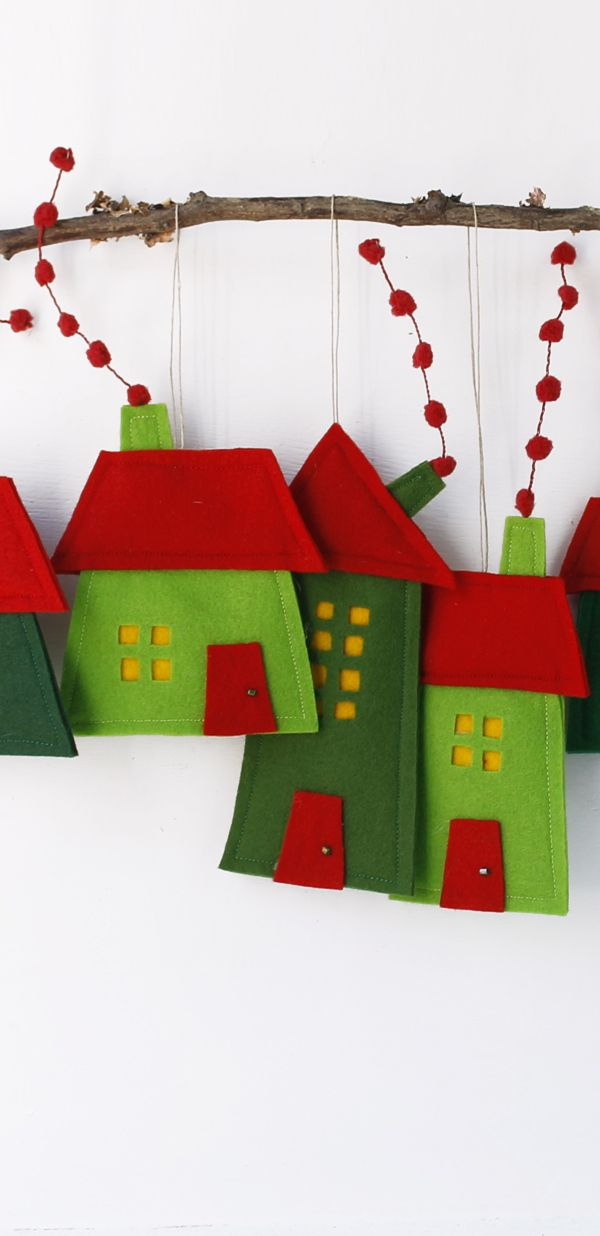 Group Of Eight Felt Houses For Decoration For Hanging Wall Art In Red And Green Manualidades Adornos De Navidad Decoracion De Unas