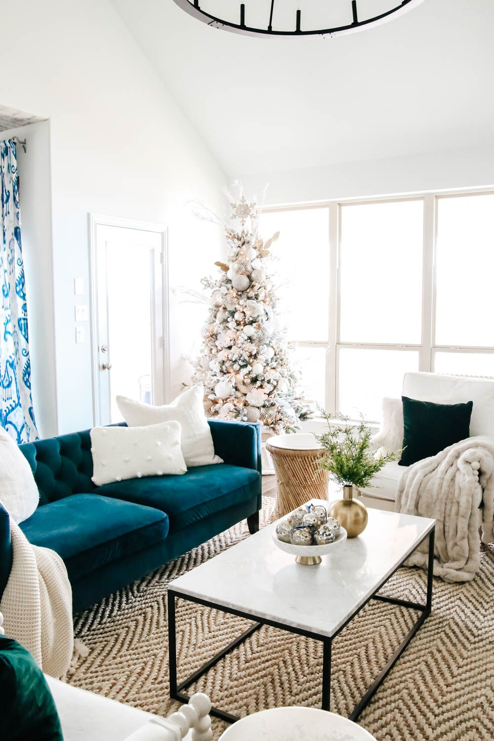Christmas Living Room Ideas 25 Easy Admirable Decor To Steal Now Christmas Arrangements Simple Christmas Easy Christmas Crafts