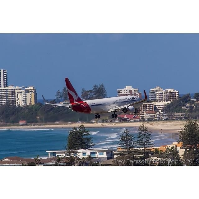 Qantas​ Boeing 737-838(WL) VH-VZR On finals into the Gold Coast on runway 14 with Coolanga…