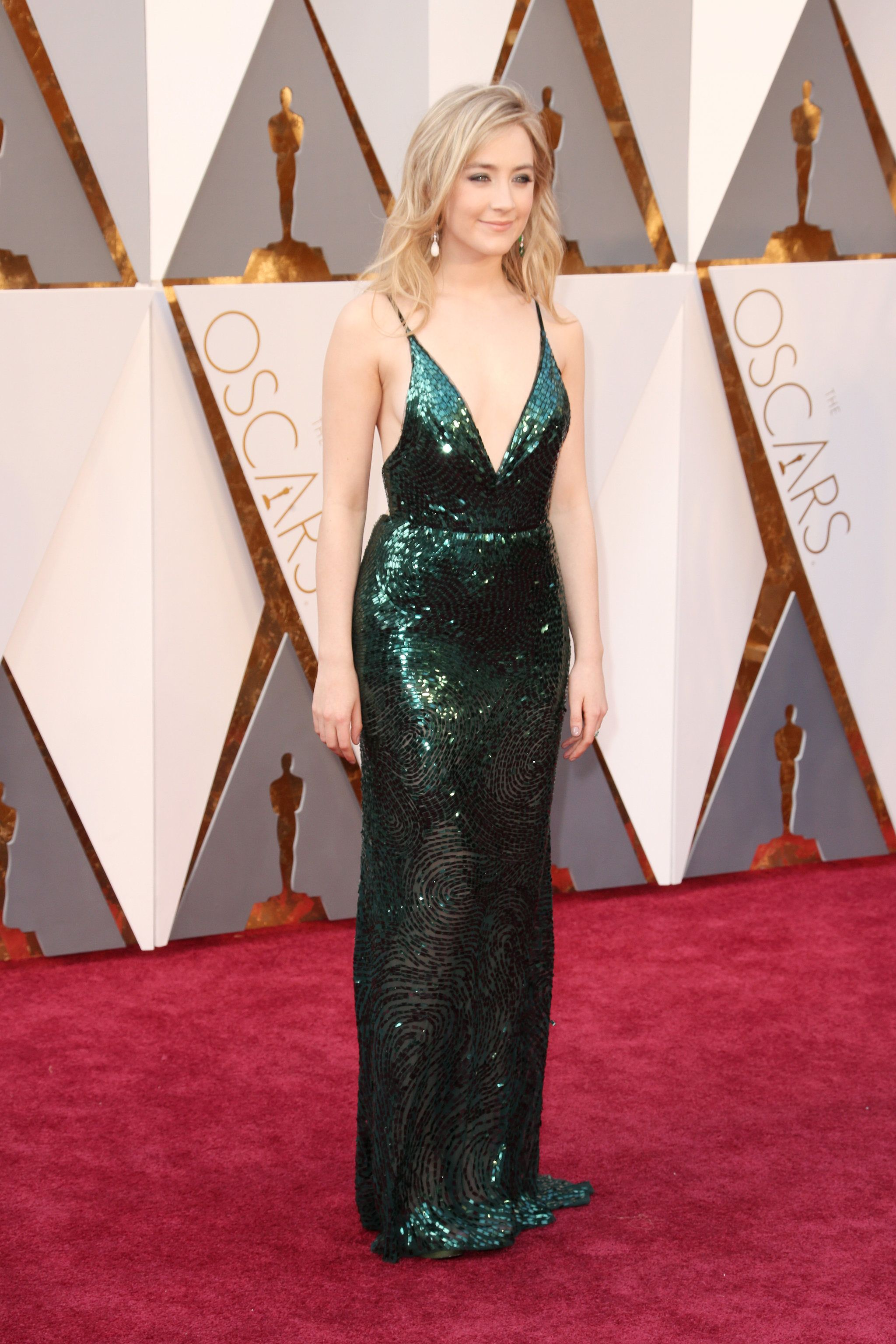 e8cd05d0d5 Saoirse Ronan Is a Sexy Siren in Her Glittering Green Oscars Dress