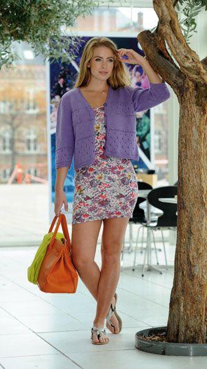 Denne strikkeopskrift er til dig der mangler en let sommertrøje. Perfekt over sommerkjolen, når du skal en tur i byen.