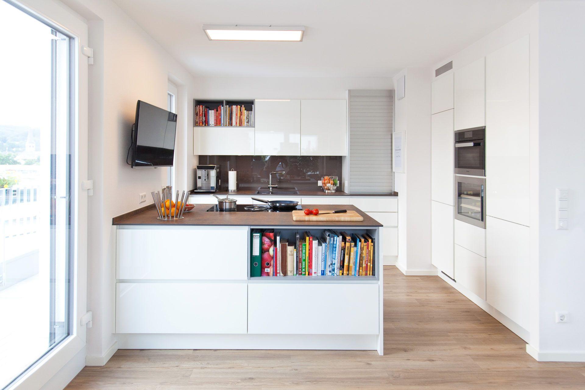 Moderne Küche Hochglanz Weiß Mit Granitoberfläche Grifflos Mit Bora Basic  Und Miele Geräten | Küchenhaus Thiemann