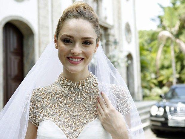 Isabelle Drummond pensa em desenhar o próprio vestido de noiva