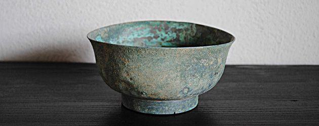 梵(ぼん)な道具を聴いてみる。 第二回 立夏:新緑が目にまぶしいこの季節、寂びた古銅にみる緑青の色。   Lifestyle   dacapo (ダカーポ) the web-magazine