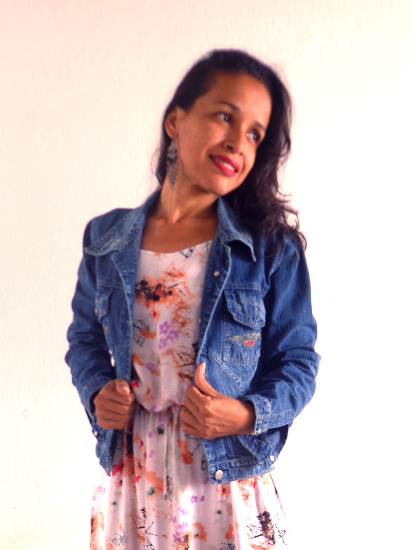 Vestido com jaqueta jeans