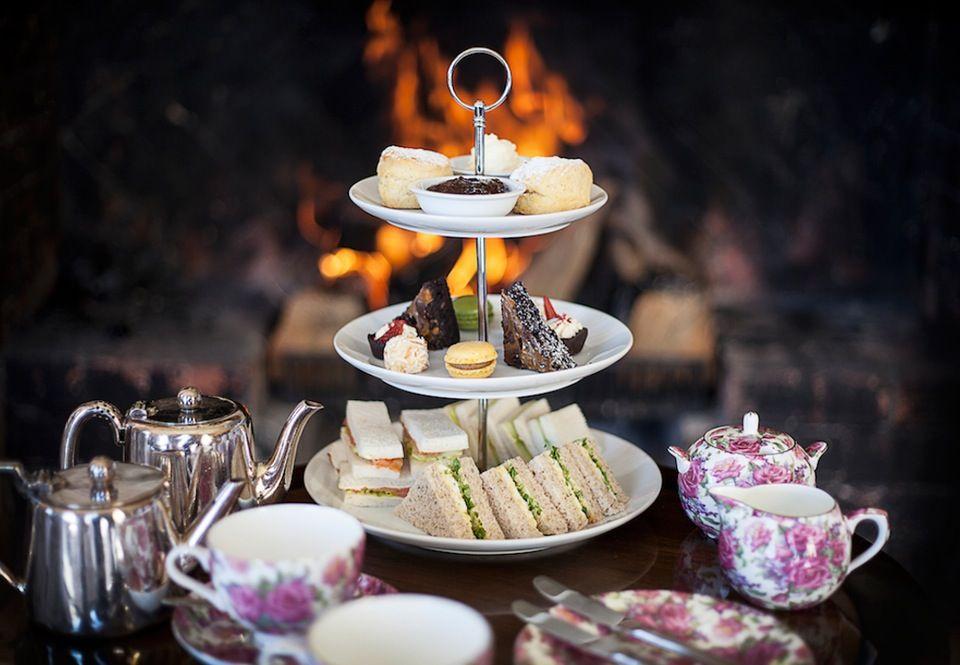 Afternoon tea er, når damerne i Downton Abbey får serveret te af sølvkander og blomstret porcelæn og nipper til scones og kager fra overdådige opsatser. Lær kunsten her.