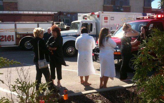 Um atirador matou três pessoas e feriu outras quatro neste domingo em um spa localizado próximo a um shopping center em Brookfield, no Estado americano de Wisconsin. O principal suspeito é Radcliffe Haughton, de 45 anos, que foi encontrado morto horas depois. Sua mulher, de quem estava separado e qu