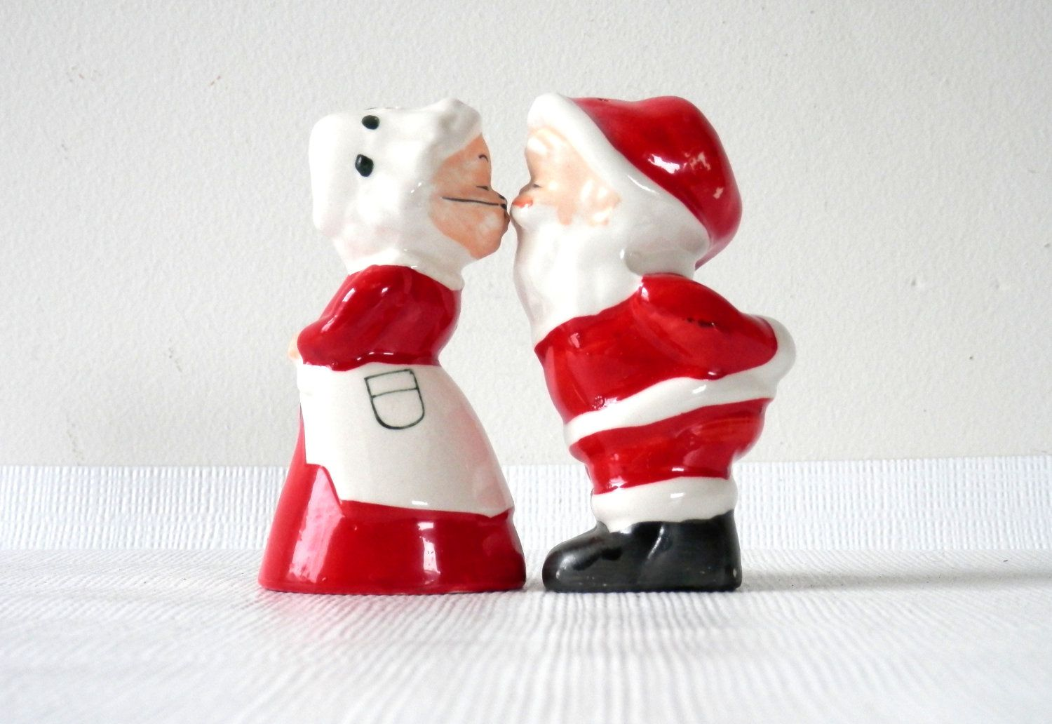 Kissing Santa And Mrs Claus Salt And Pepper Shakers 34 00 Via Etsy Vintage Christmas Decorations Vintage Christmas Mrs Claus
