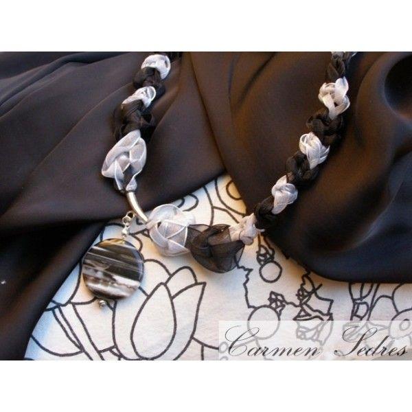 collar organza gris plata y negro con ágata veteada. Me gusta por su elegancia