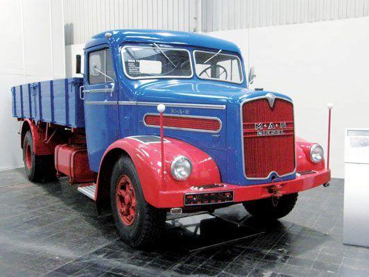 Clásicos y americanos en el IAA 2012  http://www.camionactualidad.es/noticias-marcas-fabricantes-camiones/vehiculos-historicos-y-clasicos/item/1166-clasicos-y-americanos-en-iaa-2012.html