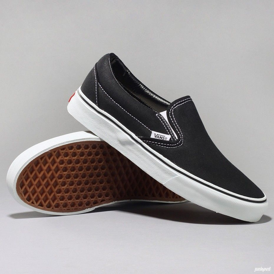 Low shoes by Vans with slightly padded collar in leather and  a tag on the side.