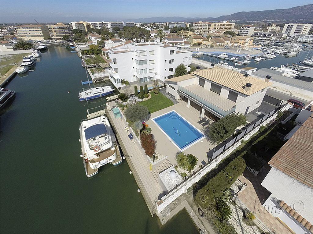 Come on , you deserve it, luxury villa near roses sta