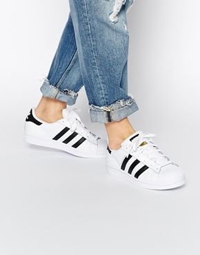 sports shoes b1a5c bd712 Obtén las zapatillas Adidas en blanco y negro Superstar con descuento.   adidas  zapatillas  Superstar  blanco  negro