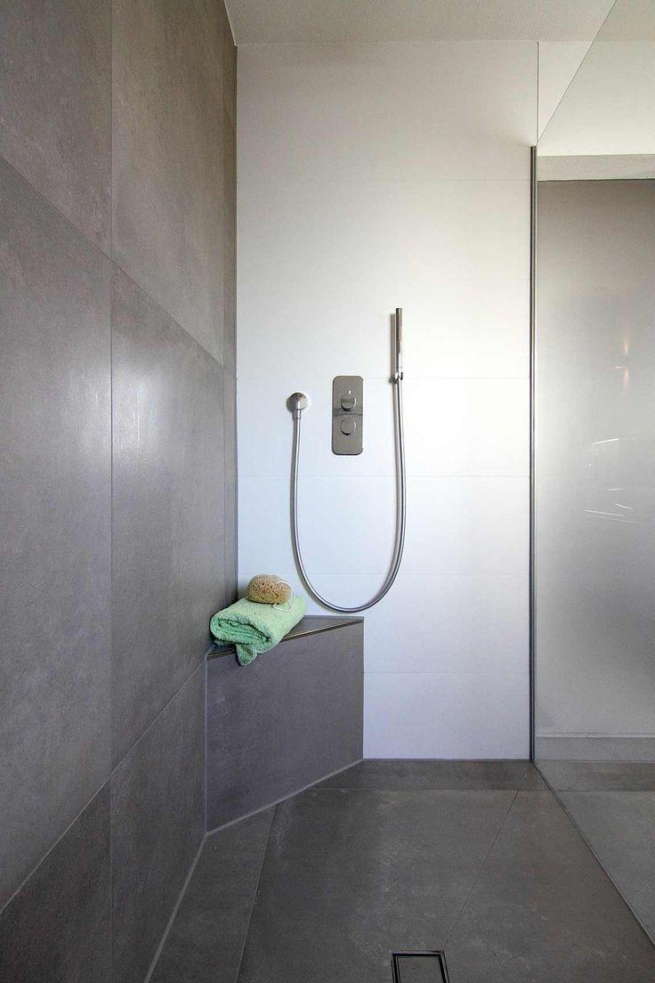 blick in bodenebene dusche gemauerte sitzbank über eck