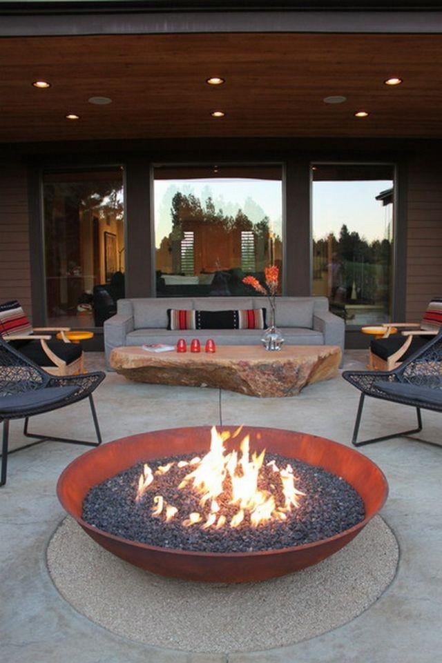 Das moderne Patio mit Feuerstelle und originellem Couchtisch - designer couchtische modern ideen
