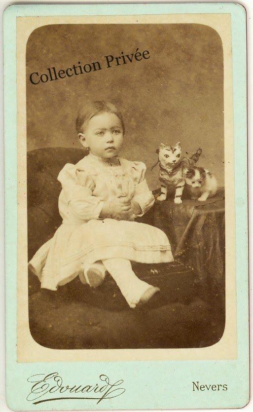 Jouets d 39 enfants jeux de photographes fillette posant avec un petit chaton et un chat j - Jeux de petit chaton gratuit ...