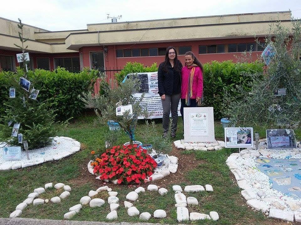 Il soprano Sparaco in visita all' Albero della Pace rende omaggio alle vittime del bombardamento su Alife a cura di Redazione - http://www.vivicasagiove.it/notizie/soprano-sparaco-visita-all-albero-della-pace-rende-omaggio-alle-vittime-del-bombardamento-alife/