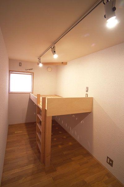 細長い子ども部屋 ヒノキの床の心地よい 2階リビング ベッド