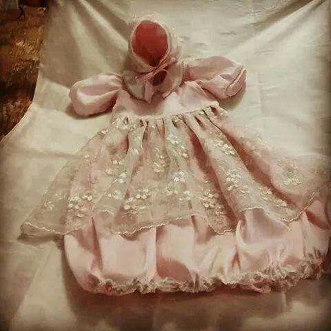 Ropón de seda rosada con tul bordado.