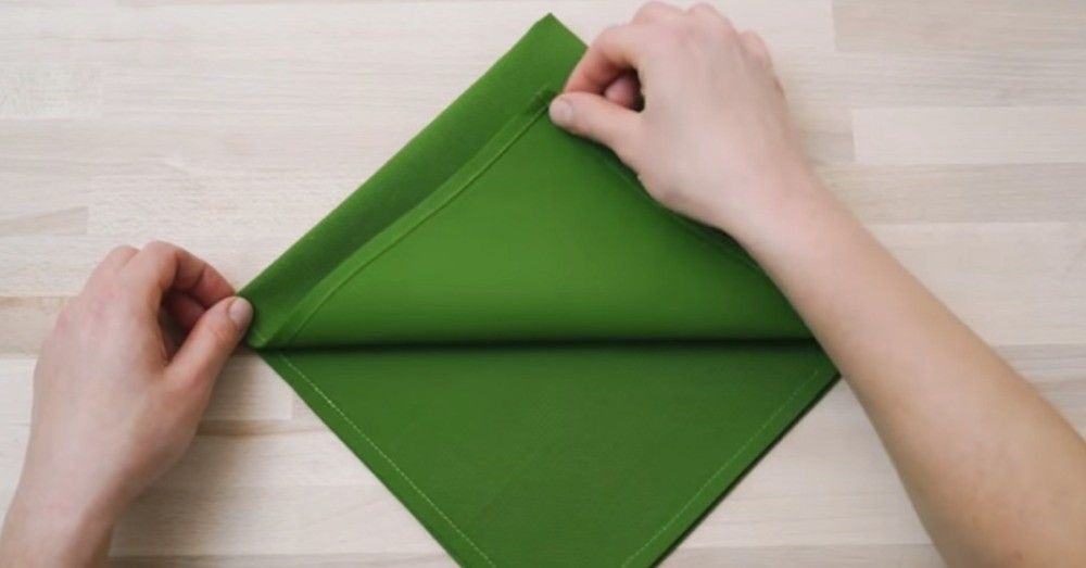 die besten 25 serviettenfalttechnik ideen auf pinterest servietten falten ostern tischdeko. Black Bedroom Furniture Sets. Home Design Ideas