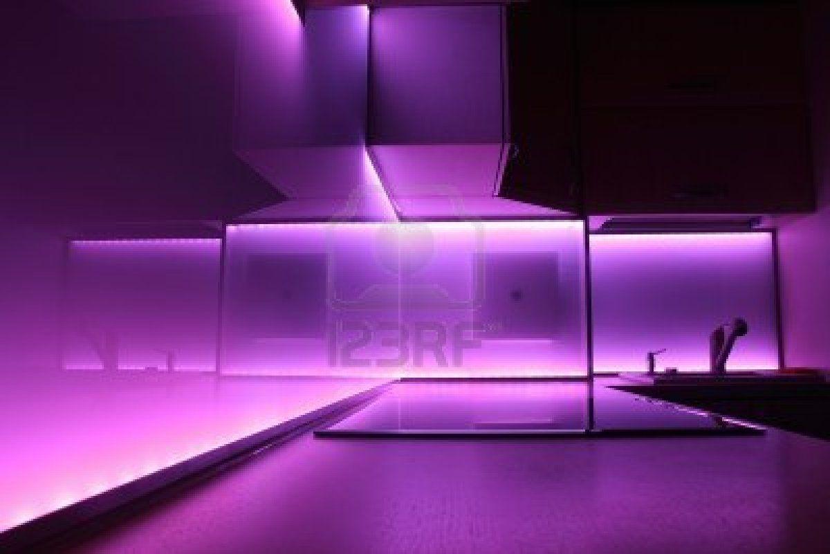 moderne luxe keuken met paarse led verlichting stockfoto