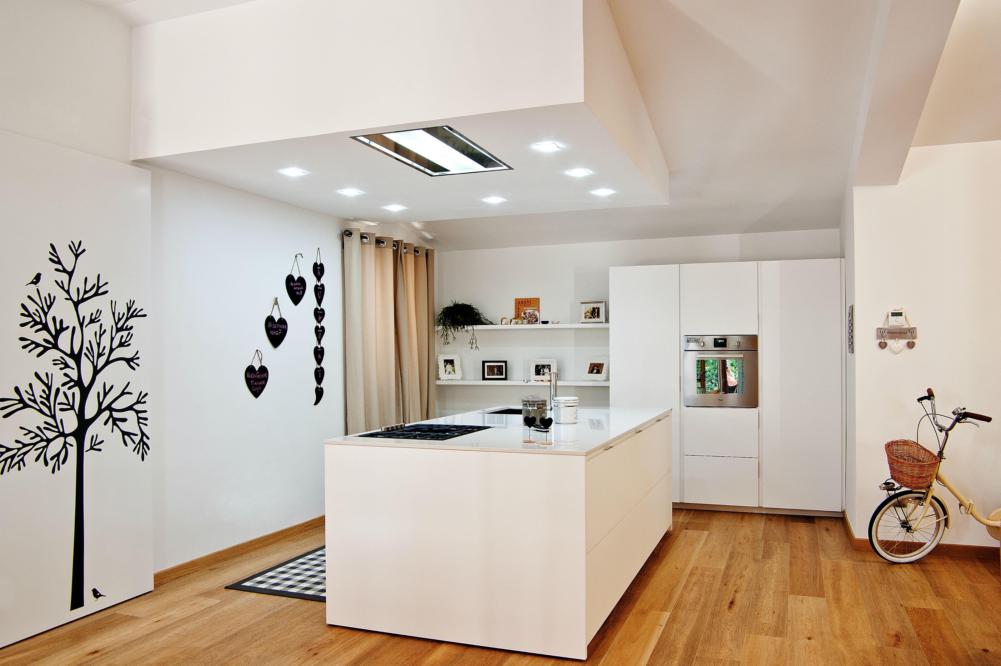 Cucina VISION di GATTOCUCINE laccato bianco lucido, top in okite ...