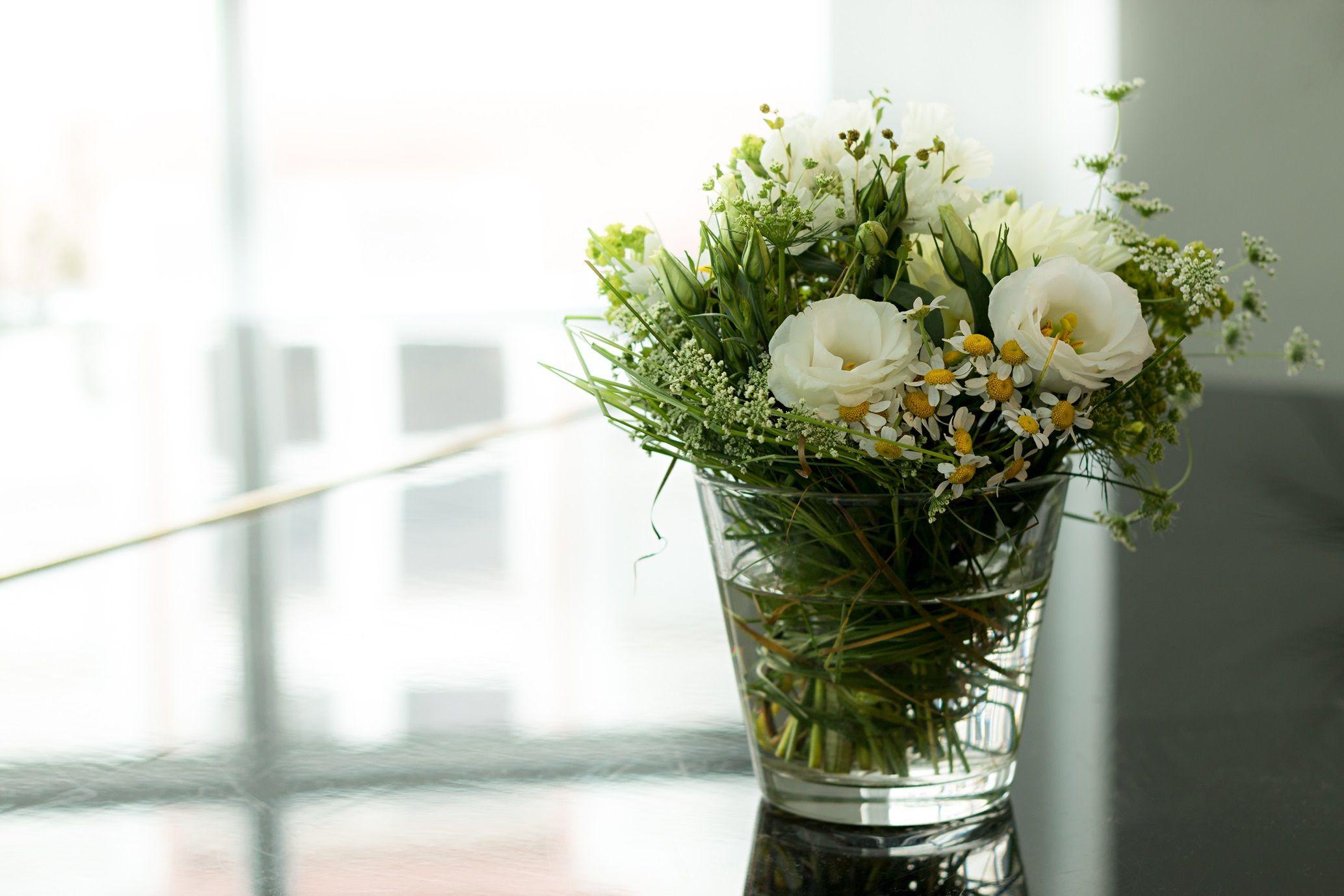 Schone Tischdeko Mit Ganseblumchen Rosen Und Margeriten Ideen