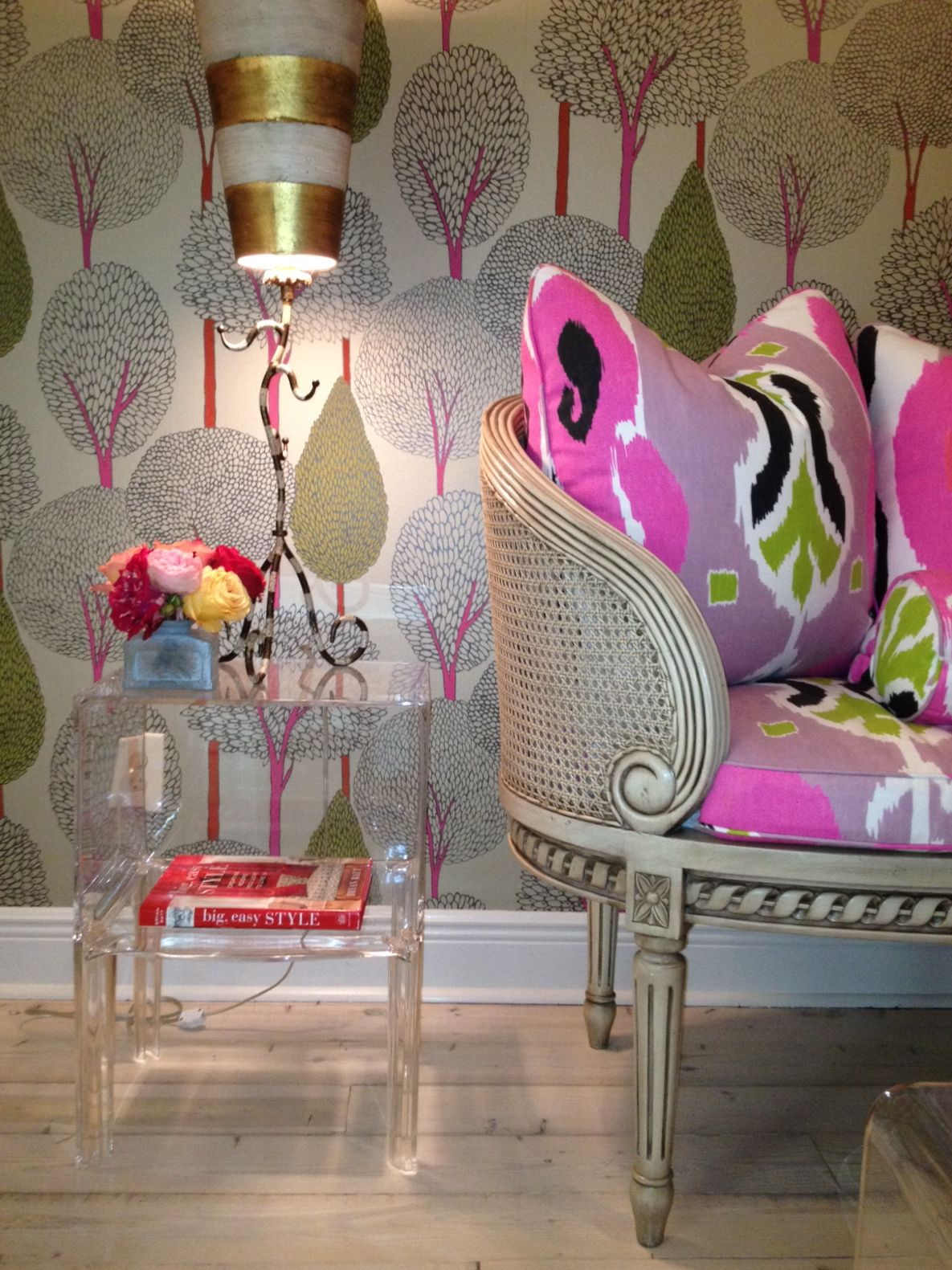 Tree Design Wallpaper Living Room: Eccentric Living Room Designs That Feature Richness With