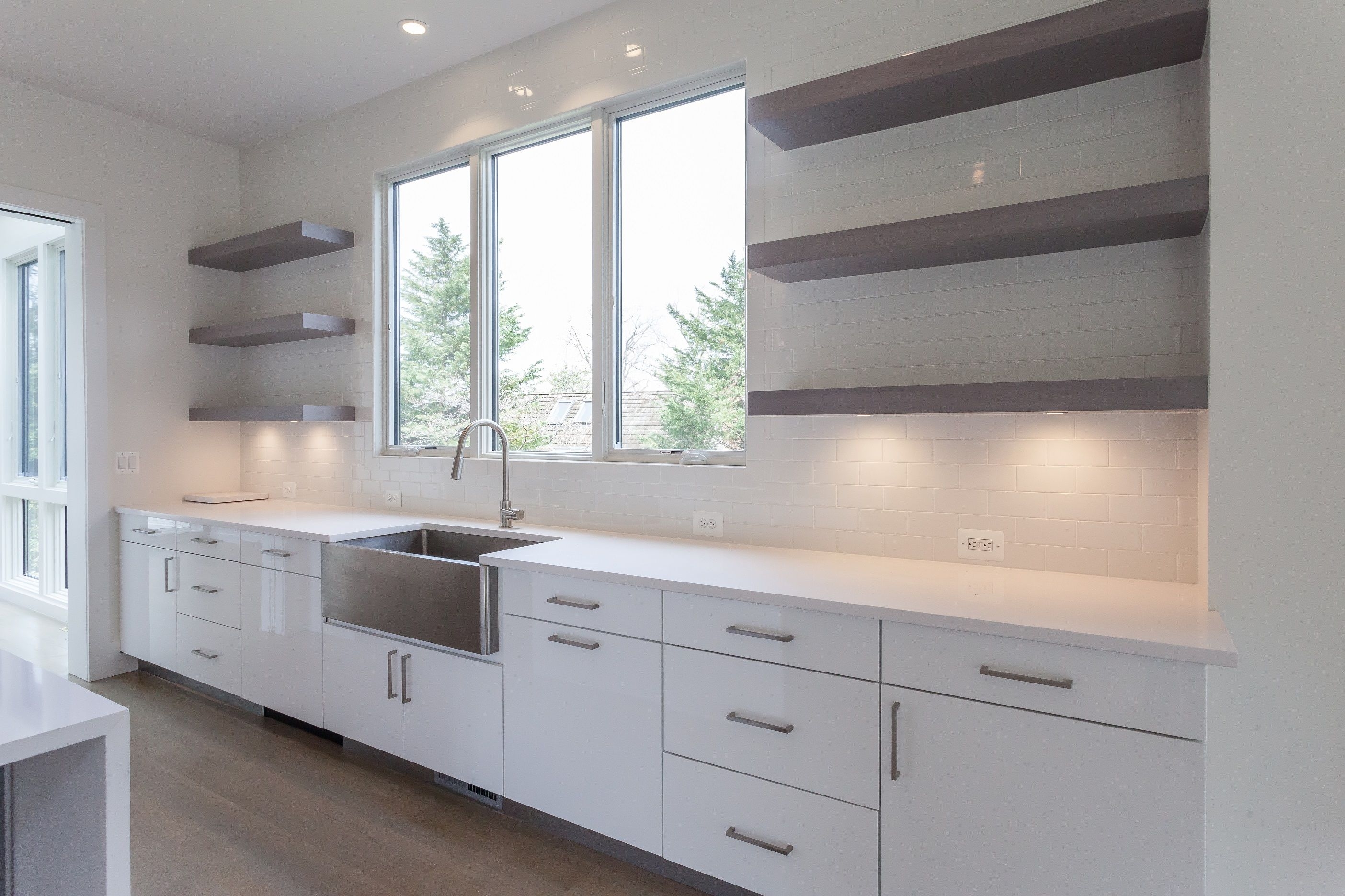 Modern Kitchen With Stainless Steel Farmhouse Sink And White High Gloss Slab Lower Cabinets Combined With Stained Open Up Kitchen Design Kitchen Modern Kitchen