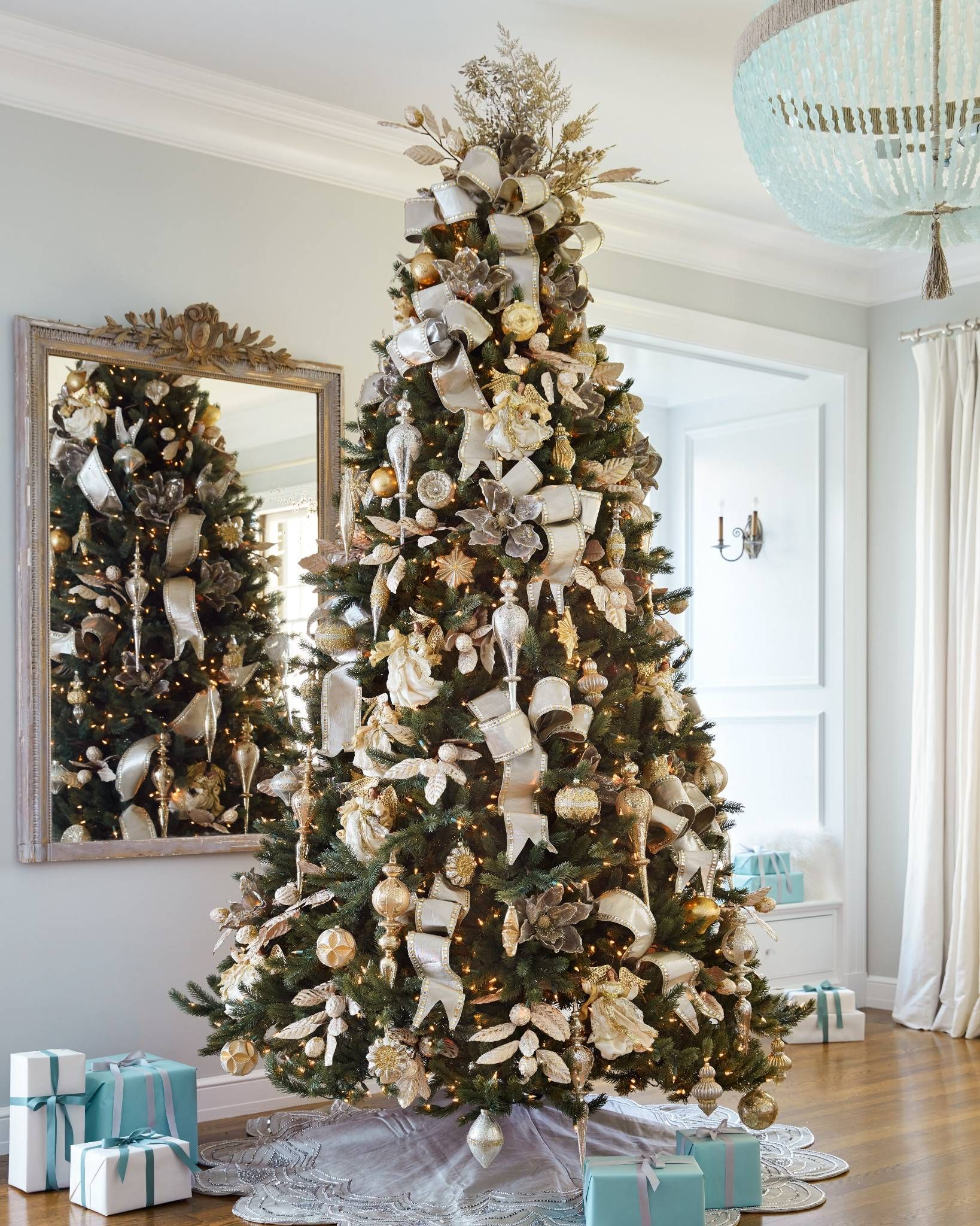 Gold decorating theme enriches any Christmas motif with elegant