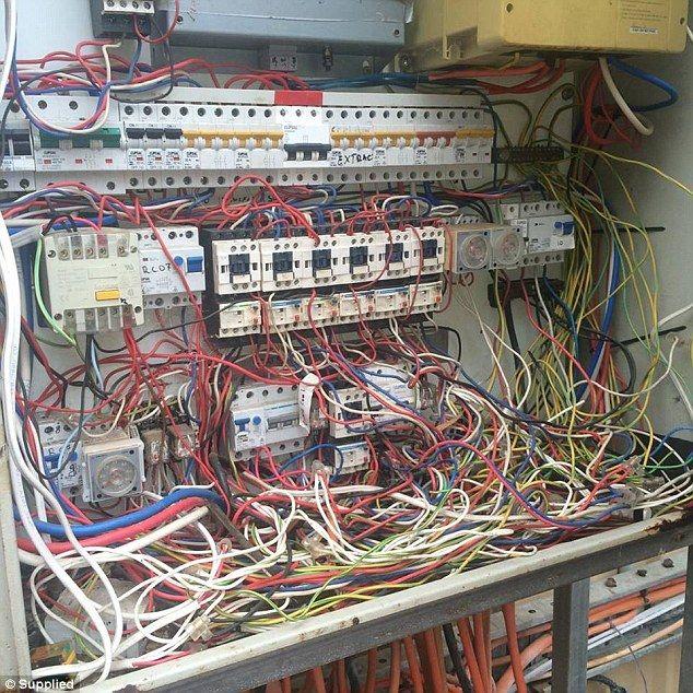 Hilarious Pictures Show Risks Some Electricians Take To Get Job Done Elektriker Humor Pfusch Am Bau Elektrotechnik