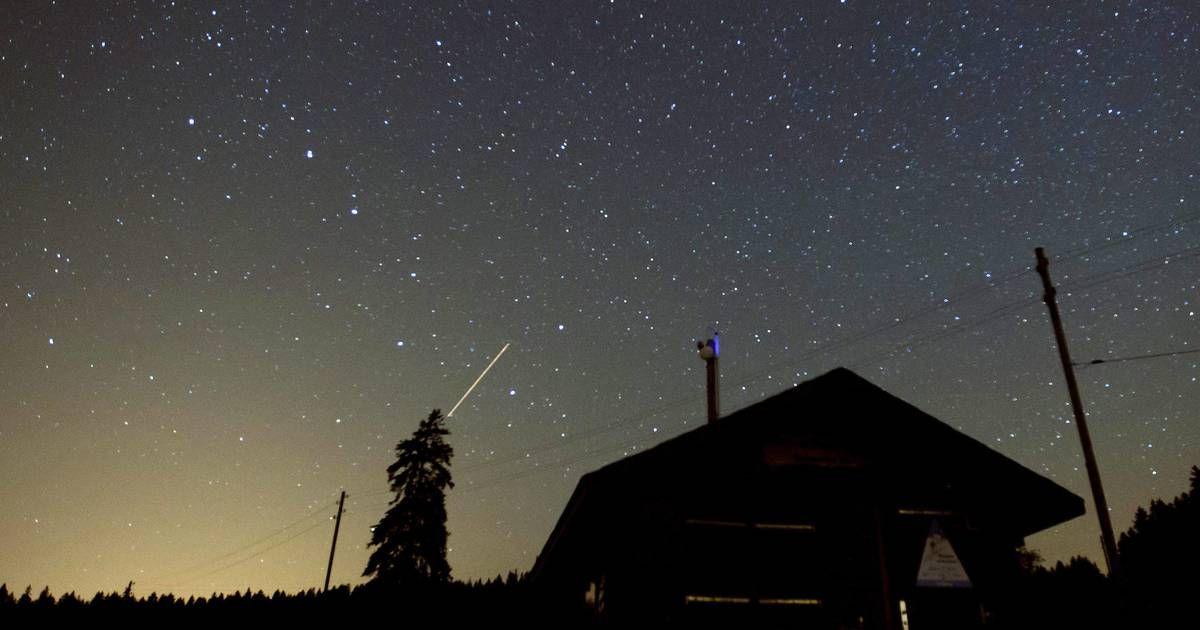 Nuit Des Perseides 5 Questions Sur La Nuit Des Etoiles Filantes Northern Lights Natural Landmarks Landmarks