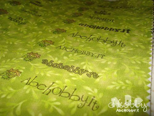Occorrente:  Stoffa in cotone Carta termoadesiva Stampante ink-jet  Ho ritagliato nella stoffa un rettangolo di 21 cm x 25 cm ...