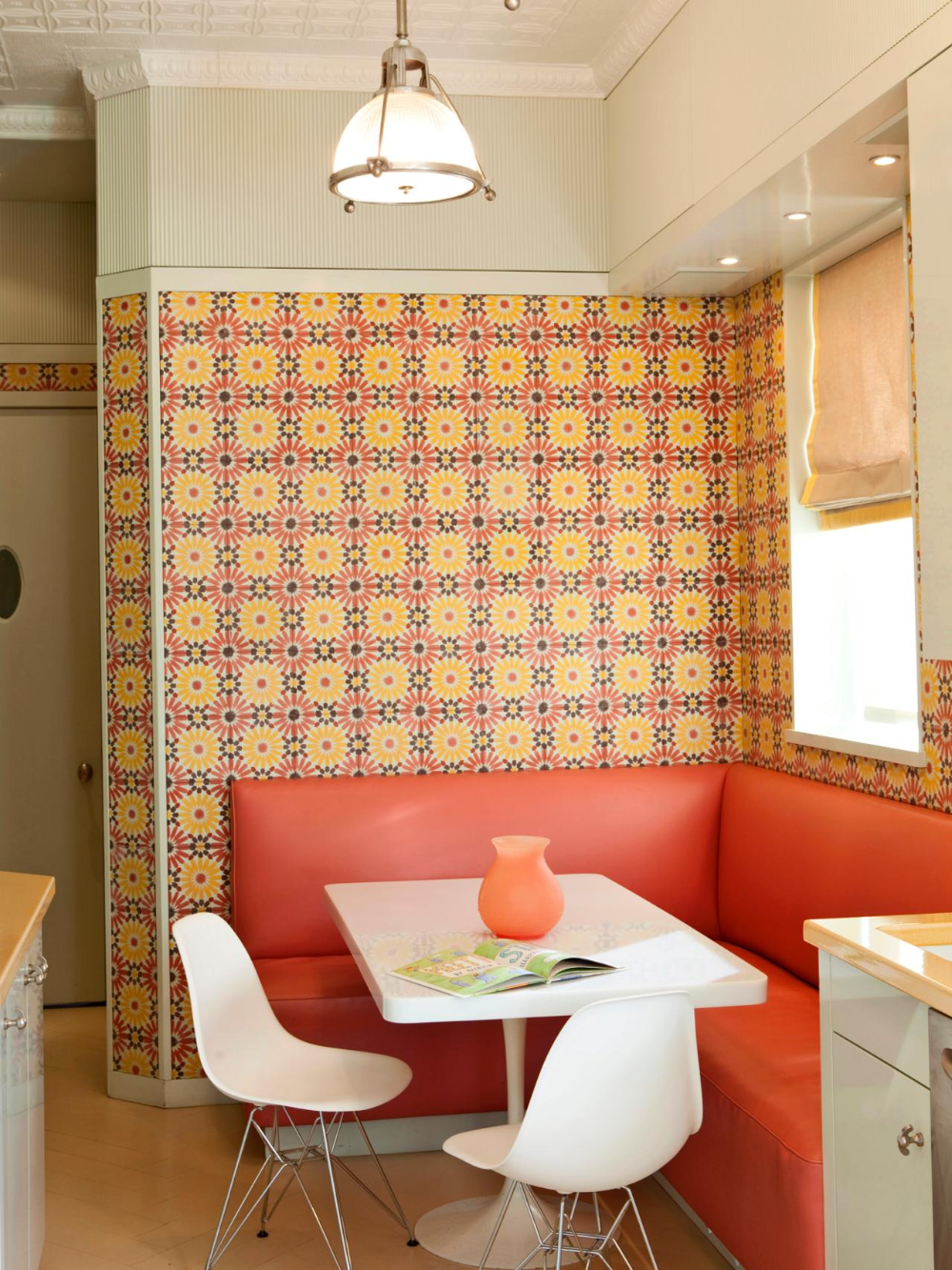Midcentury Modern Dining Room With Floral Wallpaper Mutfak