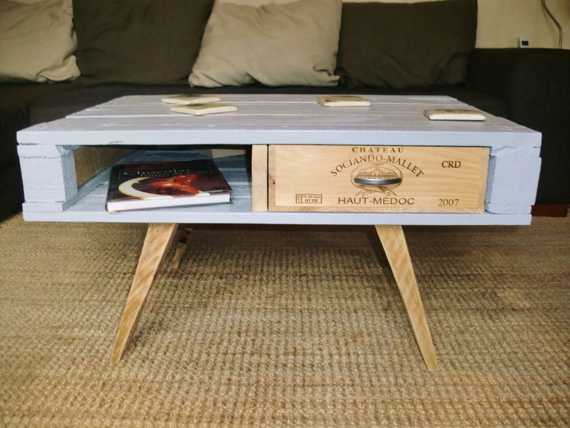 Table basse en palette et caisse de vin pieds compas for Table en palette