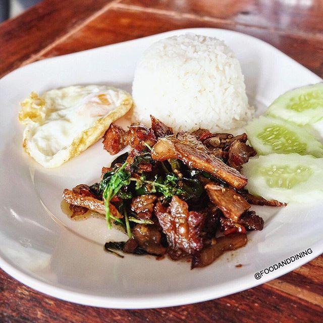 🔰Wat Yai Boat Noodle (ก๋วยเตี๋ยวเรือไก่ฉีก วัดใหญ่ ร้านดังเจ้าเก่าอยุธยา) 📌near Wat Yai, Ayutthaya (ใกล้กับวัดใหญ่ชัยมงคล, จังหวัดอยุธยา) 🍴Rice topped with Stir-fried pork neck and basil plus Fried Egg: ข้าวราดผัดกะเพราคอหมูย่างไข่ดาว 💰60 Baht. 🌟Rate: 3.5/5 🕙Open Daily 07.30-16.30 📷Share Your Food ➡ #foodanddining
