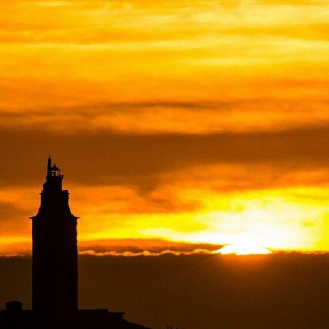 Torre de Hercules al atardecer | Torre de hercules, Torres, España